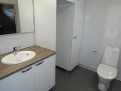 kylpyhuone, jossa WC ja suihku