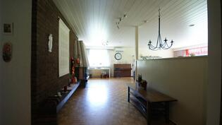 Eteisestä avautuu mahtavan kokoinen ja valoisa olohuone