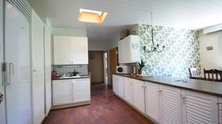 keittiössä valoa antava kattoikkuna