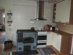 Keittiössä puulämmitteinen vuolukiviliesi
