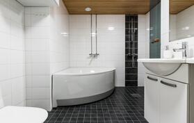 Kylpyhuoneessa myös wc-kalustus.