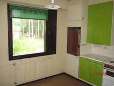 Keittiö-keittiön ikkunasta näkymä kadulle
