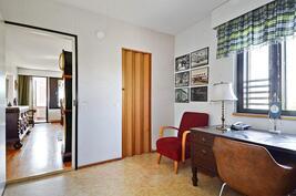 Työhuoneessa myös vaatehuone /  I arbetsrummet finns också centralgarderob