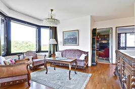 Lisävaloa antava erkkeri olohuoneessa  / Burspråket i vardagsrummet ger mycket ljus