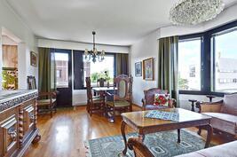 Tilavasta olohuoneesta kulku länsiparvekkeelle / Från vardagsrummet utgång till balkongen