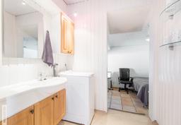 Kodinhoitotilan kautta kulku oleskelutilaan ja sieltä kylpyhuoneeseen ja saunaan.