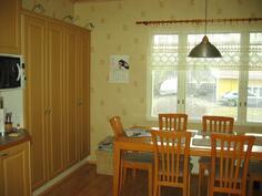 keittiössä tila reilunkokoiselle ruokapöydälle