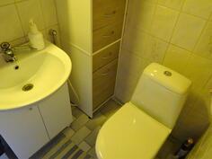 Alakerran pesuhuone/WC
