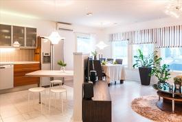 Keittiö ja olohuone muodostavat avaran yhtenäisen