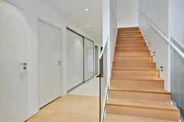 Alakerta ja portaat yläkertaan