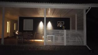 saunan terassi iltavalaistuksessa