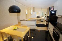 keittiöstä ruokailutilaan ja olohuoneeseen