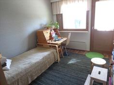 Alakerran makuuhuone/työhuone