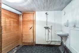 Kellarikerroksen saneerattava kylpyhuone