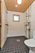 pesutiloissa kaksi suihkua ja wc
