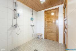 2011 remontoidussa pesuhuoneessa kaksi suihkua