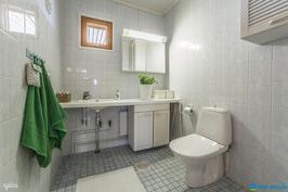 Tilava wc sopii siis liikuntaesteisellekin