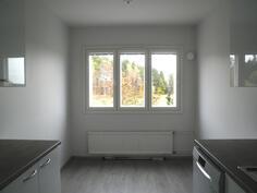 Keittiön ikkunan eteen mahtuu isompikin pöytä