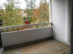 Erinomaisen iso lasitettu parveke  -  kesällä toimii lisähuoneena