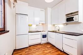 Kaunis ja valoisa korkeakiiltoinen valkoinen 2013 uusittu keittiö.