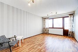 Suuri olohuone on helppo kalustaa mieleiseksi. Tyylikkäät, ajattomat tapetit.