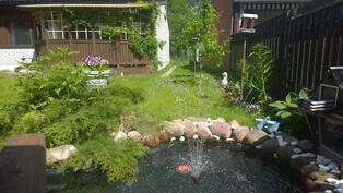 kesäinen kuva ihanasta suihkulähteestä