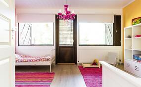 Länsipuoleisen makuuhuoneen yhteydessä on parveke.