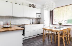 Valkoinen, trendikäs ja samalla ajaton keittiö.