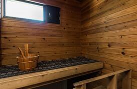 Ja ikkunallinen sauna.