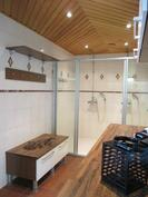 Kylpyhuone kahdella suihkulla ja lasiovilla
