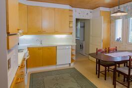 Keittiö on kodinhoitohuoneen vieressä