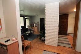 Eteisestä vas. olohuone, jonka takana makuuhuone ja oik. keittiö