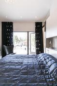 Master bedroomista pääsee suoraan suurelle terassille.