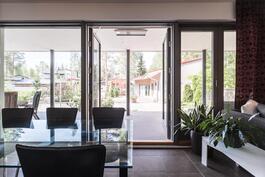 Olohuoneen isot ikkunat luovat valoisan ja avaran tunnelman.