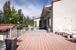 Yläkerran terassi on peräti 80 m2.