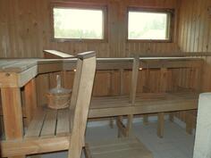 Tilava sauna, johon mahtuu isokin porukka kylpemään ;)