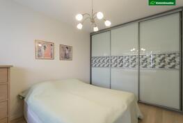 Makuuhuoneessa seinustan pituudelta kaapistoja.