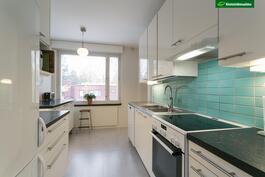 Keittiö on uusittu kodinkoneineen 2011.