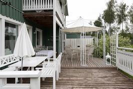 Laaja terassialue jossa nautitaan kesästä ja yhdessä olosta.