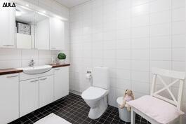 Yläkerran tilava wc / kylpyhuone.