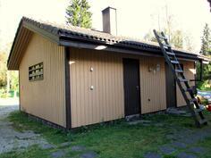 Autotallirakennus, jossa varasto ja lämmönjakohuone