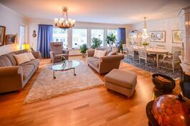 Yläkerran tilava olohuone / Övre våningens rymliga vardagsrum