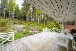 Takapiha ja terassi / Bakgård och terrass