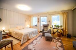 Makuuhuone yläkerta / Sovrum övre våning