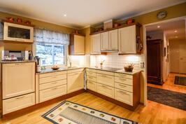 Yläkerran moderni keittiö / Modernt kök i övre våning