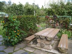 Tukevan tukkipöydän ympärille mahtuu isompikin joukko nauttimaan kesäkeittiön antimista