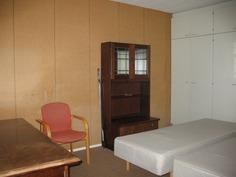 Olohuoneesta liukuovella erotettava makuuhuone