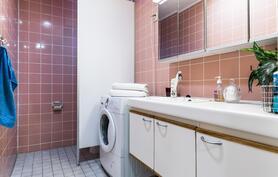 Kylpyhuoneessa tilaa myös pyykkihuoltoon