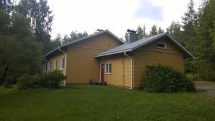 Talousrakennusosan takapihan puolella saunan ovi