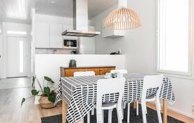 Ruokailutila jää luontevasti keittiön ja olohuoneen yhteyteen.